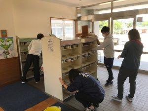 靴箱を掃除する職員の写真