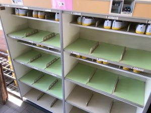 台紙を敷いて模様替えした靴箱の写真