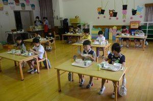 幼稚園の給食風景