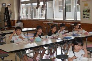 ランチルームで給食をいただく1年生