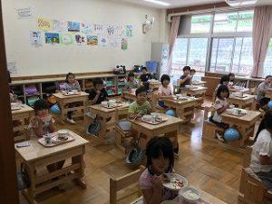 2年教室の給食風景