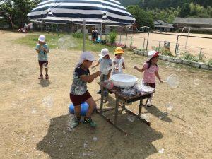 しゃぼん玉遊びをする子供たち