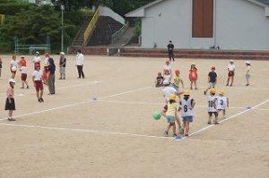 ドッジボールを楽しむ子どもたち