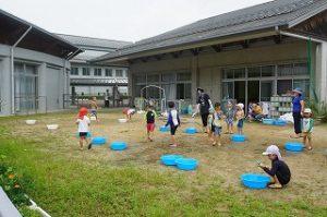 水遊びを楽しむ子どもたち