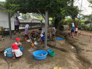 砂場で水遊び