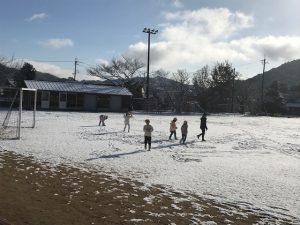 雪遊びする子どもたち