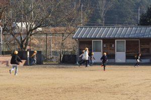 縦割り班で遊び児童