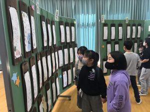 俳句展を見学する児童