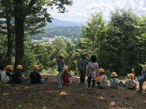 大山の郷を展望する子どもたち